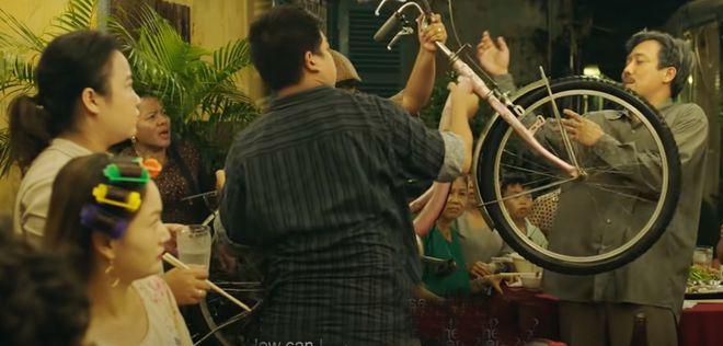 Phim Bố già kể câu chuyện quanh một xóm nghèo ở Sài Gòn